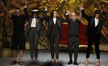 """Mónica Bellucci y Naomi Campbell desfilan para """"la familia"""" D&G en Milán"""