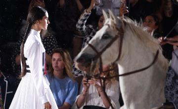 Dior Cruise 2019: una pasarela entre lluvia y caballos