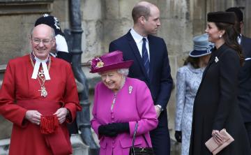Elizabeth II y su familia conmemoran el Domingo de Pascua