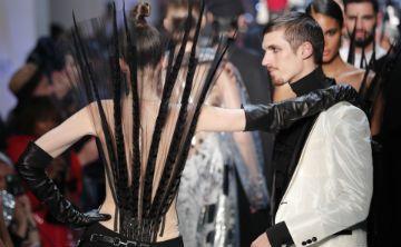 Jean Paul Gaultier presenta una provocativa colección en París