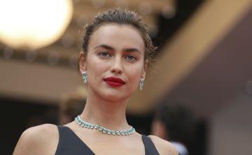 Irina Shayk revive un estilo clásico de la joyería