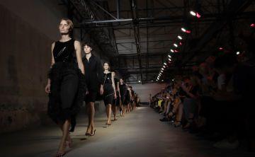 El negro se cuela en la moda femenina de Milán