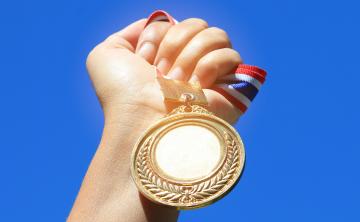 Estudiante de la UPR Bayamón recibe la Medalla del Gobernador