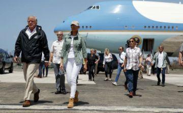 Melania Trump luce casual a su llegada a Puerto Rico