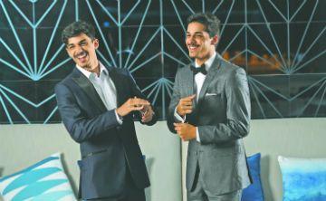 """""""Los amigos y el celular"""": dos fieles compañeros del graduando de hoy"""