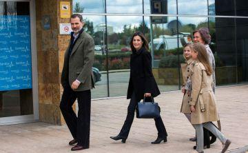 Aparecen sonrientes la reina Letizia y doña Sofía de la mano de sus nietas