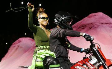 Rihanna se roba el show al llegar en motora a su desfile en la Semana de la Moda de Nueva York