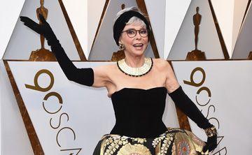 Rita Moreno impacta al repetir el look que usó cuando ganó su premio Oscar en 1962