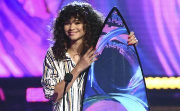 Zendaya recibe un premio  en pijamas