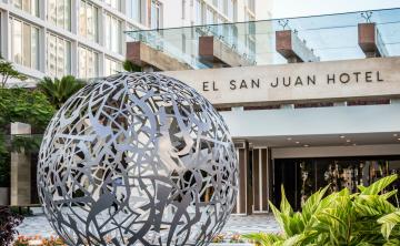 Dona efectos escolares para los niños de Puerto Rico en El San Juan Hotel