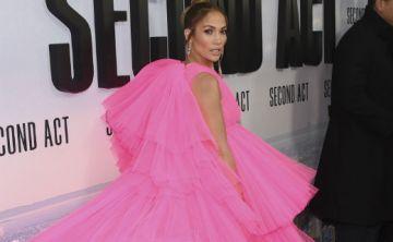 """Jennifer López acapara las miradas con vestido fucsia en el estreno de su película """"Second Act"""""""