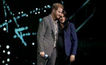 Los románticos gestos entre el príncipe Harry y Meghan Markle ante miles de estudiantes en Londres