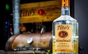 Presentan nueva botella de Tito's Handmade Vodka