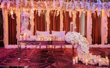 Elegancia y reflejos rosados en el Patio del Fauno