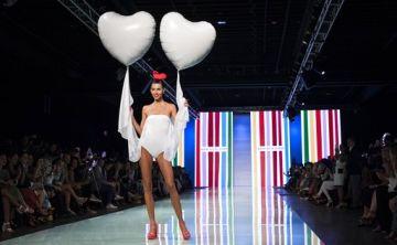 Fiel a su estilo: Agatha Ruiz de la Prada deslumbra y divierte en el Miami Fashion Week
