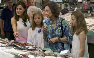 Las reinas Sofía y Letizia visitan una pescadería