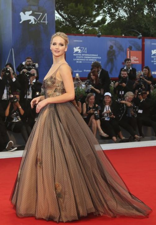 "Jennifer Lawrence posa para la premiere de la película ""Mother!"" en el Venice Film Festival in Venecia, Italia. (Photo by Joel Ryan/Invision/AP)"