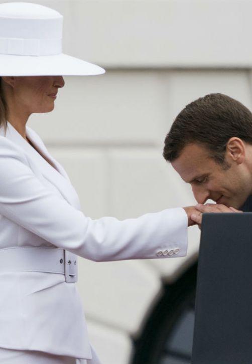 El presidente francés, Emmanuel Macron, besa la mano de la primera dama de Estados Unidos, Melania Trump, durante la ceremonia de recibimiento al mandatario europeo en el jardín sur de la Casa Blanca en Washington. (Foto: AP/Andrew Harnik)