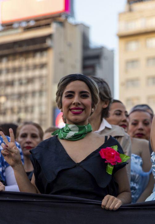 """Mujeres vestidas al estilo de Eva Perón se preparan para marchar por la Avenida del 9 de julio en Argentina, pues en ocasión del centenario del nacimiento de la exprimera dama, un grupo de 100 mujeres presentará un """"performance"""" en torno a la mítica Primera Dama. ( AP Photo/Tomas F. Cuesta)"""