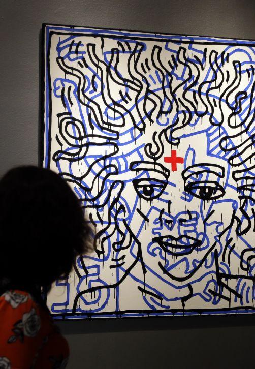 """The National Portrait Gallery en Londres exhibe la pieza """"Untitled"""" de Keith Haring como parte de la exhibición """"Michael Jackson: On The Wall"""", en la cual Jackson se presenta como un santo, salvador, icono, monarca, 'entertainer', y un misterio. La muestra explora la obra de otros artistas contemporáneos que se vieron atraídos al Rey del pop ya fuera como inspiración de su propio arte, como figura trágica y un enigma fascinante. La exposición inauguró para el aniversario de la muerte de Jackson y permanecerá en sala hasta el 21 de octubre de este año. (Foto: AP)"""