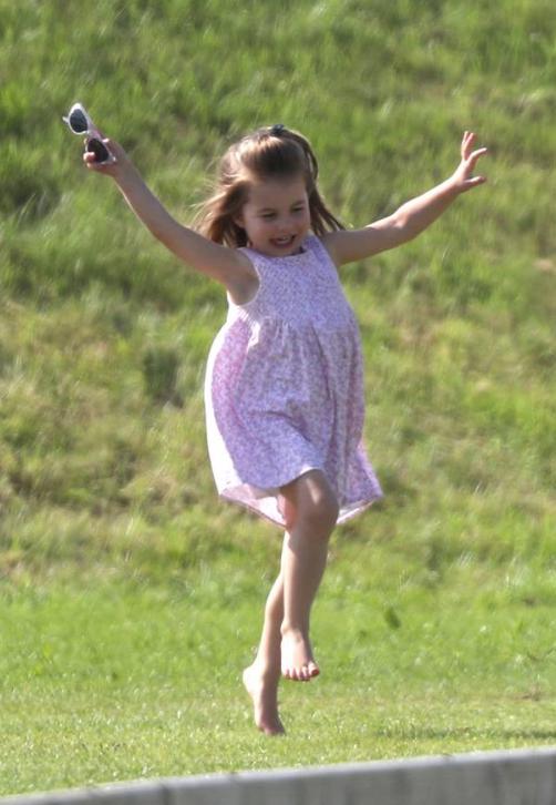 La heredera del trono británico, la princesa Charlotte, juega en el césped mientras su padre, el príncipe William, competía en el evento Maserati Royal Charity Polo en Gloucestershire, Inglaterra. (Foto: AP)