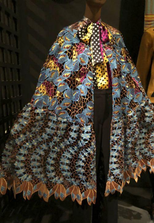"""Una capa de algodón azul y seda del diseñador nigeriano, Duro Olowu, que forma parte de la muestra """"Exhibitionism: 50 Years of The Museum at FIT"""" que se presenta en Nueva York. (Foto: AP/Jocelyn Noveck)"""