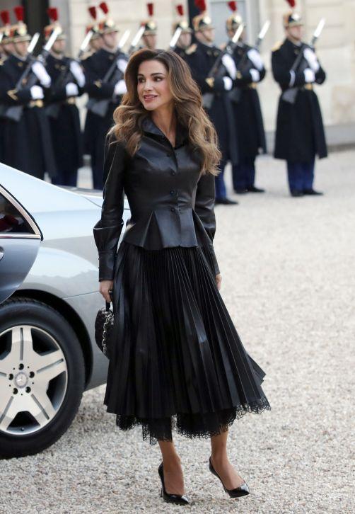 """Rania de Jordania ha vuelto a demostrar por qué es uno de los iconos royal de la moda, con este """"look"""" impecable en una visita oficial a París con su esposo, el rey Abdalá II. (AP Photo/Christophe Ena)"""