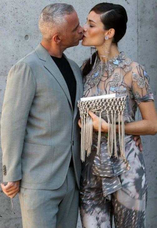 El cantautor italiano Eros Ramazzotti y su esposa Marica Pellegrinelli asisten al desfile del diseñador italiano Giorgio Armani para su firma durante la Semana de la Moda de Milán, Italia. (EFE/Matteo Bazzi)