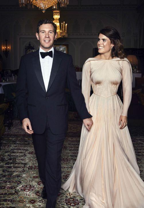 La princesa Eugenie, de York, y su esposo Jack Brooksbank posan durante la cena privada para celebrar su matrimonio en Windsor. (Alex Bramall/Buckingham Palace via AP)