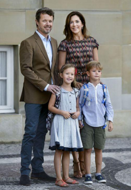 El príncipe heredero Federico de Dinamarca y su esposa, la princesa Mary, posan junto a sus gemelos los príncipes Vincent y Josephine, delante del Castillo Amalienborg, en el primer día de clases de los niños en Copenhague. Los gemelos acudirán a la escuela Tranegaard en Hellerup, en el norte de la ciudad. (EFE/Liselotte Sabroe)