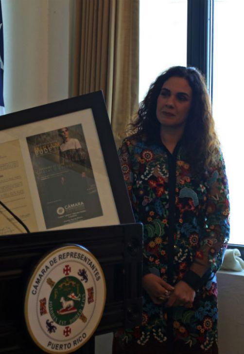 La diseñadora Miriam Budet recibe un reconocimiento de la Cámara de Representantes y su vicepresidenta, Lourdes Ramos, por haberse convertido en la primera puertorriqueña en presentar una colección en la Semana de la Moda de París, Francia. (Foto: Suministrada/ Tammy Olivencia)