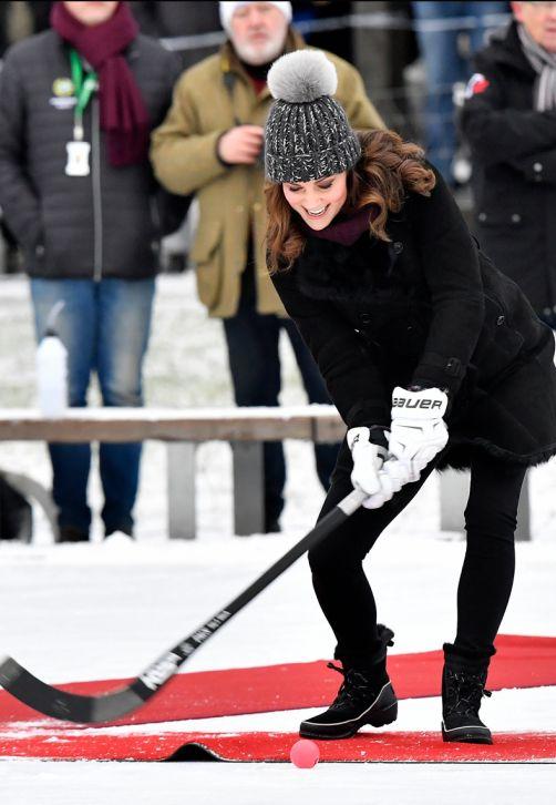 Kate Middleton, la duquesa de Cambridge, juega con un palo de bandy, similar al hockey sobre hielo, en Estocolmo, durante una vista a Suecia junto a su esposo el príncipe William. (Foto: Jonas Ekstromer/TT via AP)
