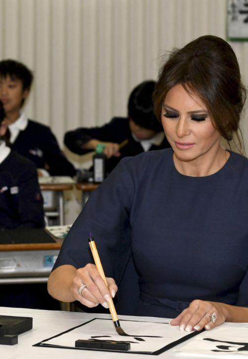 La primera dama de Estados Unidos, Melania Trump, visitó un colegio en el sureste de Tokio, donde practicó shodo -el arte de la caligrafía japonesa-, acompañada por la esposa del primer ministro nipón, Akie Abe. (EFE)