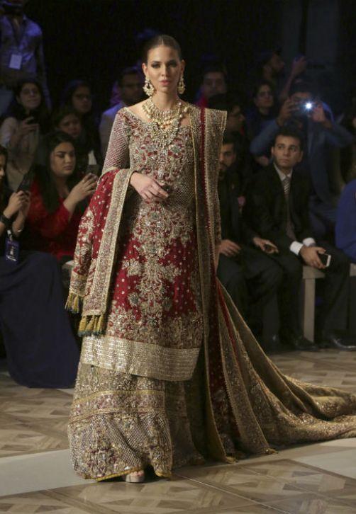 Una modelo luce una creación de la diseñadora Sara Rohale Asghar, presentada en la semana de la moda de novias, celebrada en la ciudad de Lahore, en Pakistan. (AP Photo/K.M. Chaudary)