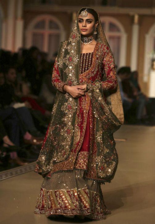 Destacándose una gran riqueza de materiales y detalles, una modelo luce una de las creaciones nupciales de Aisha Imran durante el Pantene Hum Bridal Couture Week en la ciudad de Lahore, en Pakistán. (AP Photo/K.M. Chaudary)