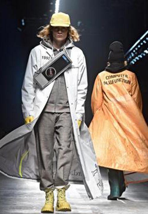 """Modelos desfilan creaciones de Undercover durante el 93 exhibición de moda """"Pitti Immagine Uomo"""" en Florencia (Italia). El evento, que muestra colecciones de ropa y accesorios para hombres, se celebra hasta el 12 de enero. (EFE/Maurizio Degl Innocenti)"""