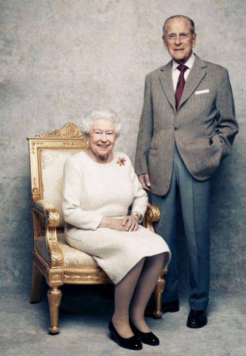 Con motivo del 70 aniversario de matrimonio de la reina Elizabeth II y el príncipe Philip, la casa real publicó una nueva foto de la pareja. (AP)