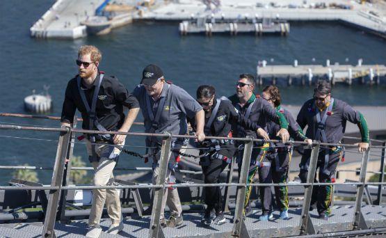 El príncipe Harry inaugura los Juegos Invictus desde lo alto del puente de Sídney