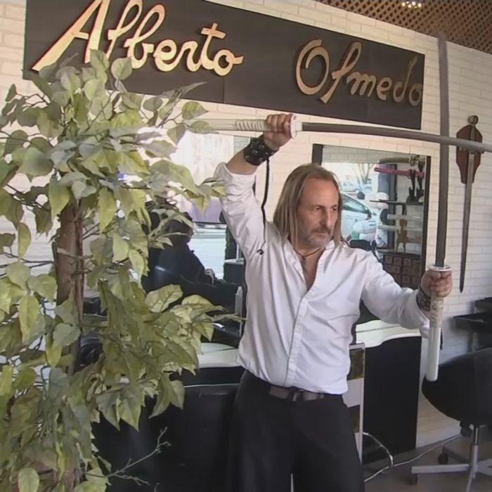 Este peluquero corta el cabello con espadas, cuchillas y garras de metal