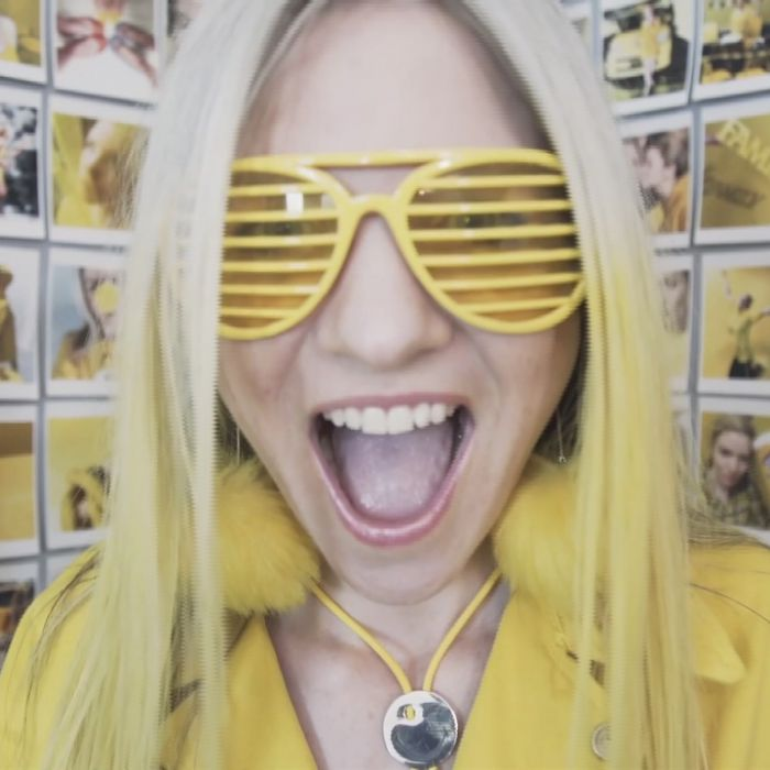 Miss Sunshine: esta mujer solo usa y se viste de color amarillo