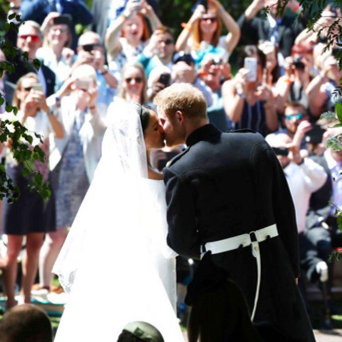 Revive el primer beso como esposos de Meghan Markle y el príncipe Harry