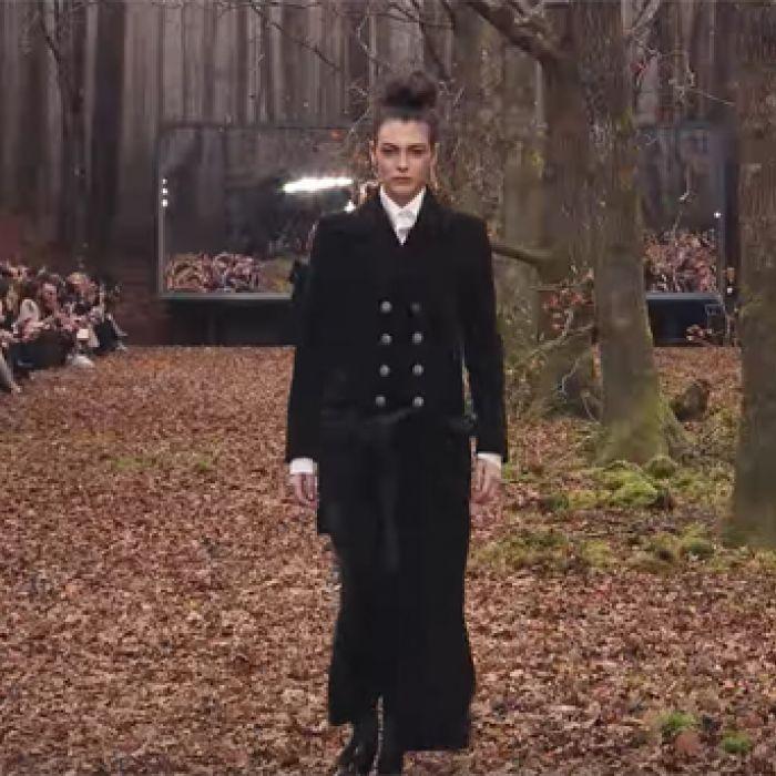 Negros, grises y beiges hipnotizan la pasarela de Chanel