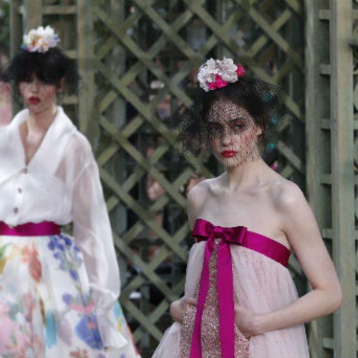Las flores dominan la pasarela de Chanel