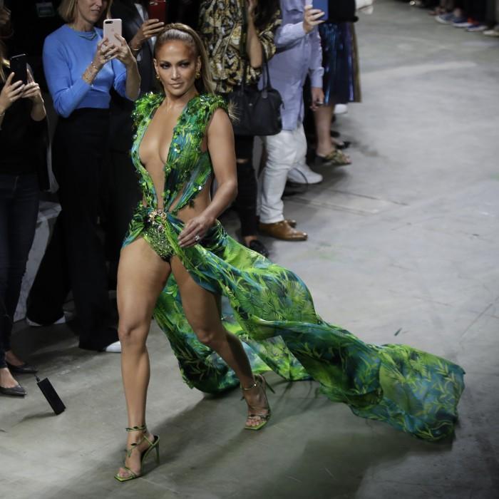 Jennifer López reaparece y emociona con el vestido verde de Versace