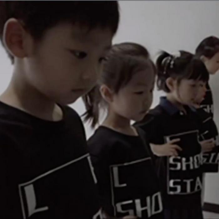 Estos niños son estrellas de la moda y trabajan doce horas al día