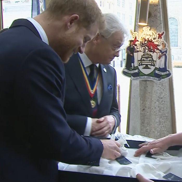 El tierno momento en que le dieron a Harry un regalo para su bebé