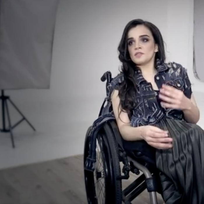 La modelo que desde su silla de ruedas rompió los cánones de las pasarelas