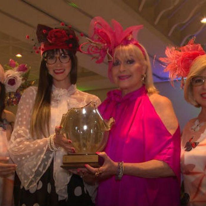 Elegancia y creatividad en desfile de sombreros