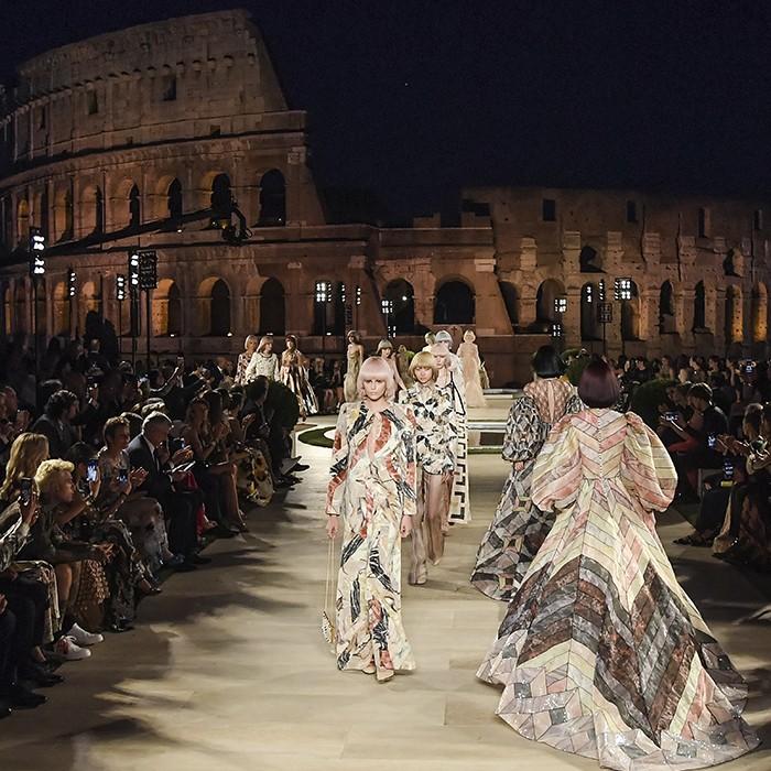 Fendi rinde homenaje a Lagerfeld en el Templo de Venus y con el Coliseo de fondo