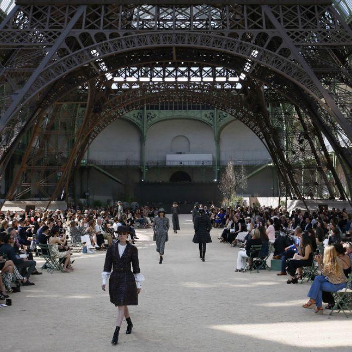 Chanel desfila bajo réplica de la Torre Eiffel en el Grand Palais